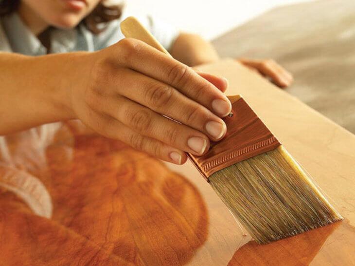 Как покрыть лаком деревянную дверь для того чтоб вернуть ей прежний вид